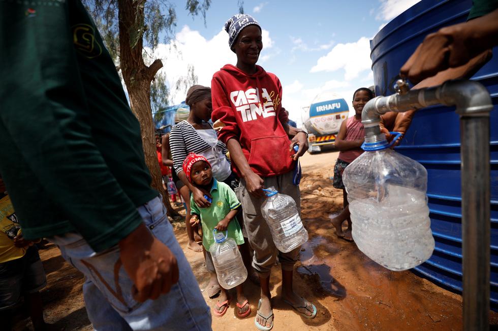 Nam châu Phi hạn hán kinh hoàng: cá chết khô, thác Victoria hùng vĩ cạn khô - Ảnh 4.