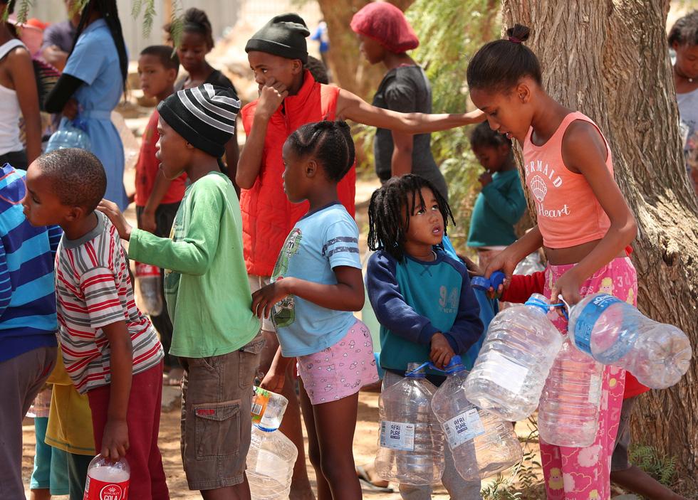 Nam châu Phi hạn hán kinh hoàng: cá chết khô, thác Victoria hùng vĩ cạn khô - Ảnh 5.
