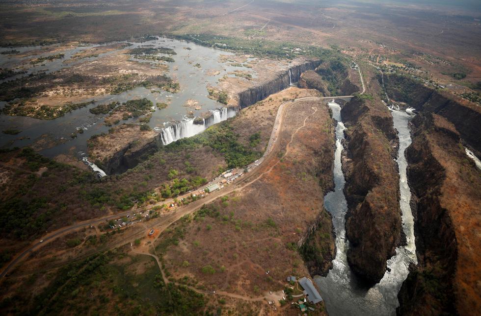Nam châu Phi hạn hán kinh hoàng: cá chết khô, thác Victoria hùng vĩ cạn khô - Ảnh 8.
