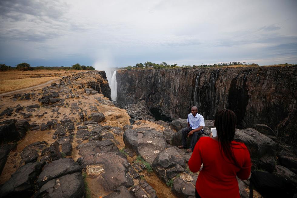 Nam châu Phi hạn hán kinh hoàng: cá chết khô, thác Victoria hùng vĩ cạn khô - Ảnh 9.