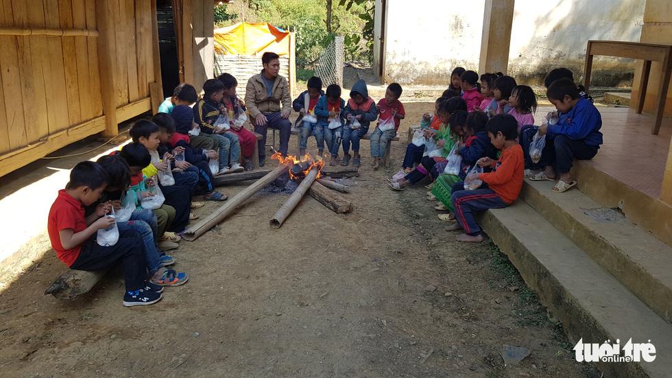 Hình ảnh xúc động: Thầy cô đốt củi sưởi ấm cho trò ở Sơn La - Ảnh 2.