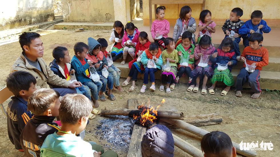 Hình ảnh xúc động: Thầy cô đốt củi sưởi ấm cho trò ở Sơn La - Ảnh 1.