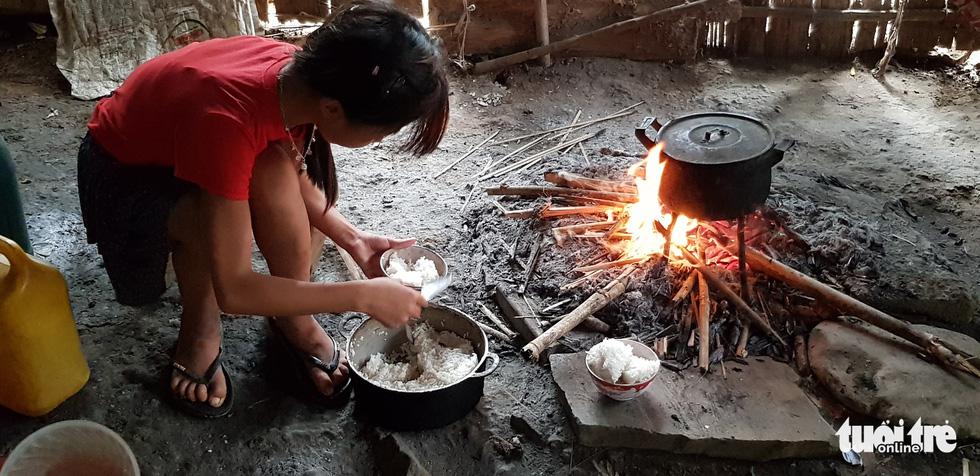 Hình ảnh xúc động: Thầy cô đốt củi sưởi ấm cho trò ở Sơn La - Ảnh 5.