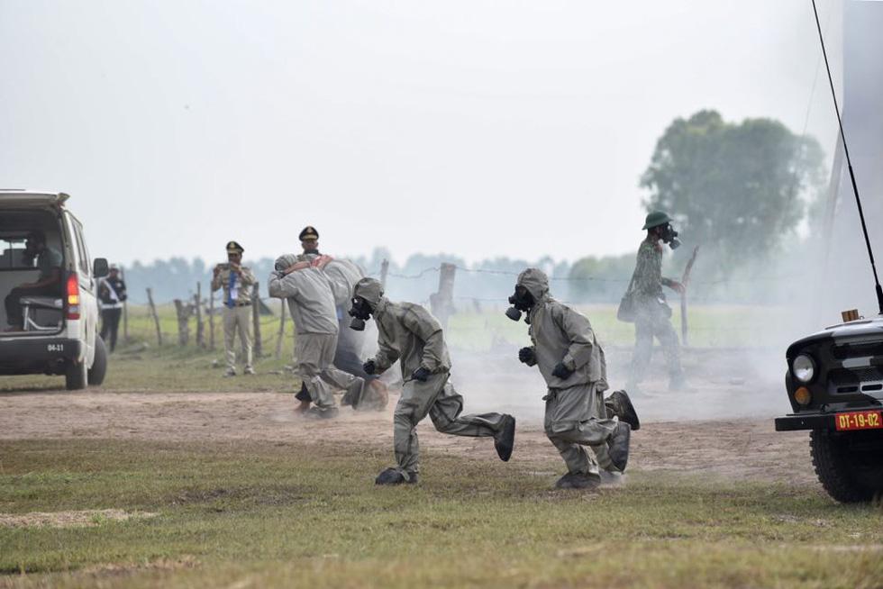 2.000 binh sĩ và người dân Việt Nam và Campuchia diễn tập cứu nạn tại biên giới - Ảnh 3.