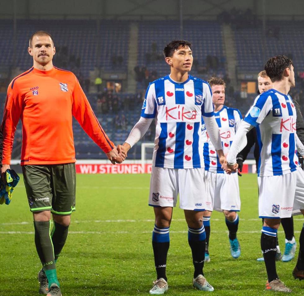 Văn Hậu hòa niềm vui cùng CĐV Hà Lan sau chiến thắng của Heerenveen - Ảnh 3.