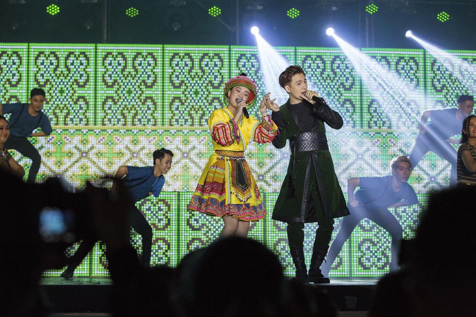 Ngô Kiến Huy vỡ òa với 10.000 khán giả trong live show Truyền thái y - Ảnh 7.