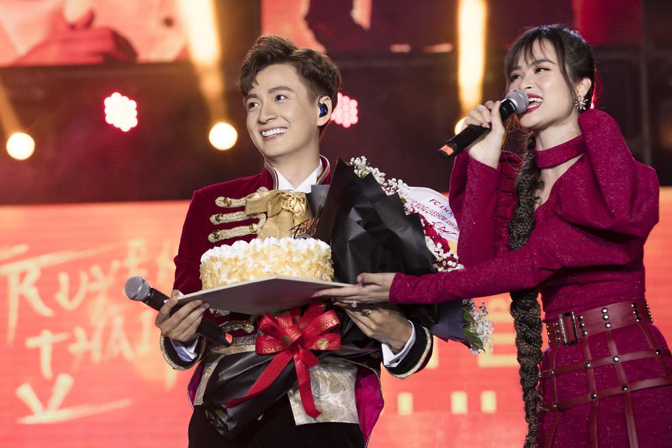 Ngô Kiến Huy vỡ òa với 10.000 khán giả trong live show Truyền thái y - Ảnh 1.