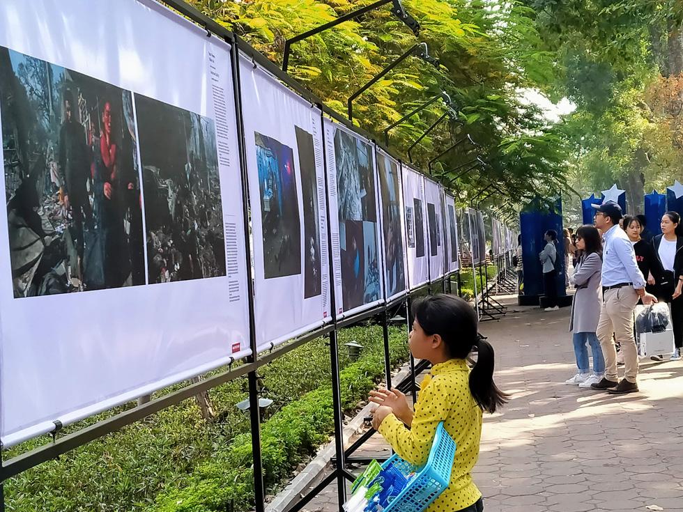 Lần đầu tiên Ảnh báo chí thế giới trưng bày ở bờ hồ Hoàn Kiếm - Ảnh 2.