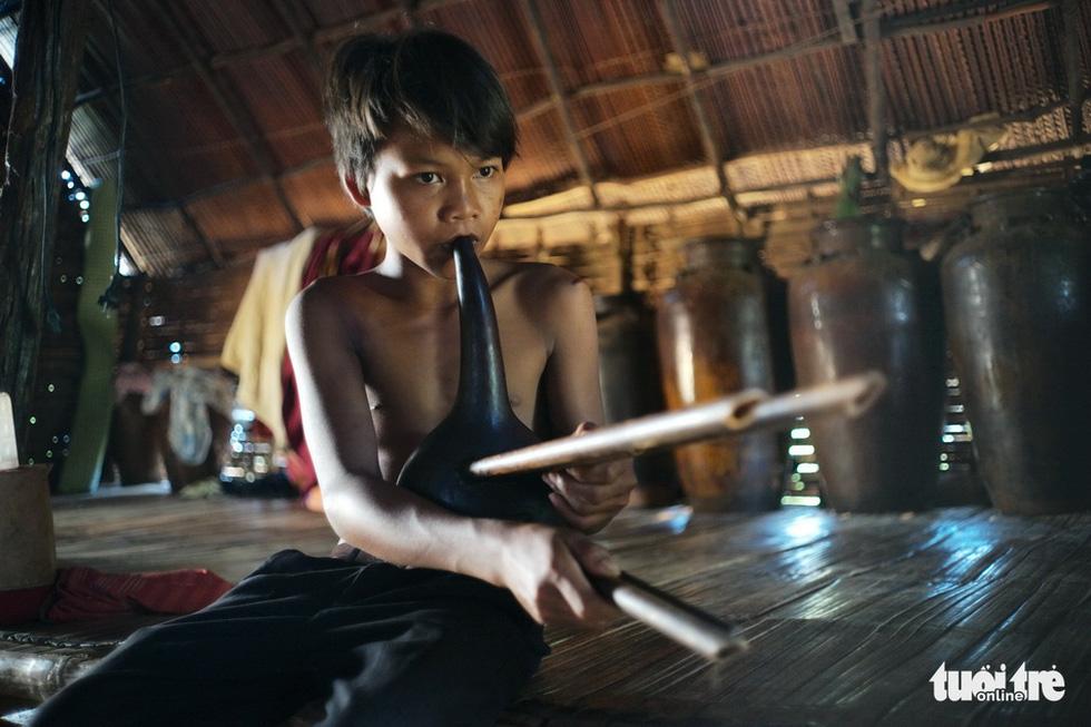 Hoài Linh triển lãm ảnh in trên lụa tơ tằm bên hồ Xuân Hương - Ảnh 5.
