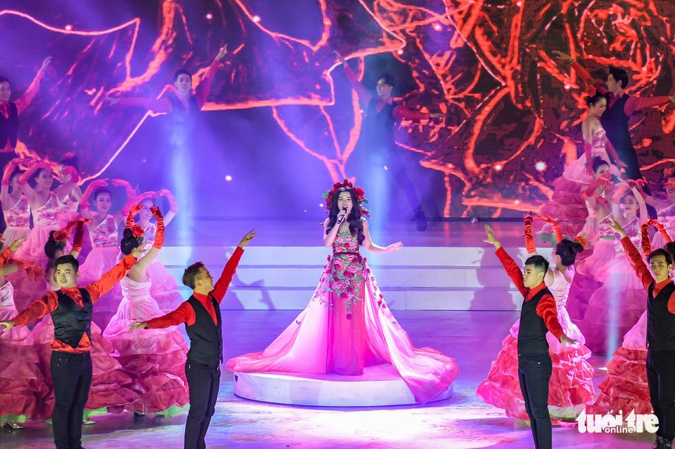 Hoa hồng rực rỡ trên sân khấu festival Hoa Đà Lạt - Ảnh 1.