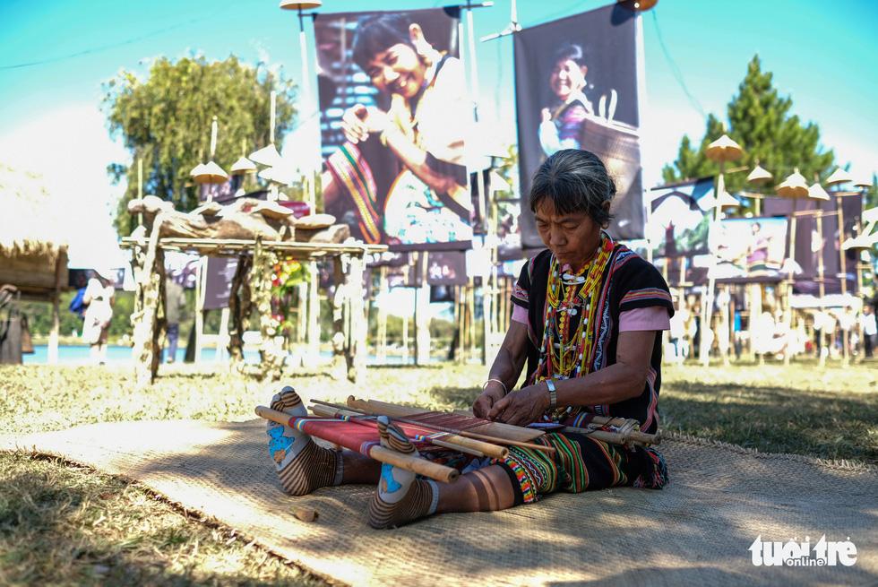 Hoài Linh triển lãm ảnh in trên lụa tơ tằm bên hồ Xuân Hương - Ảnh 2.