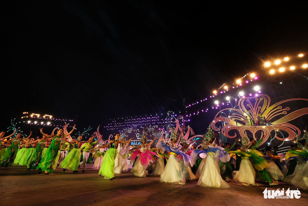 Hoa hồng rực rỡ trên sân khấu festival Hoa Đà Lạt - Ảnh 4.