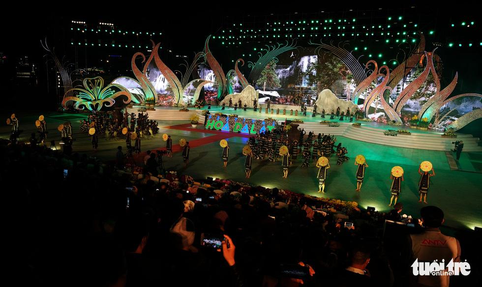 Hoa hồng rực rỡ trên sân khấu festival Hoa Đà Lạt - Ảnh 2.