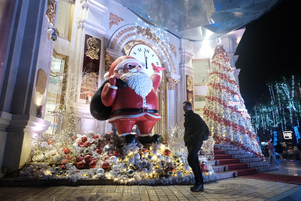 Hà Nội đang tràn ngập sắc đỏ mùa Giáng sinh - Ảnh 1.