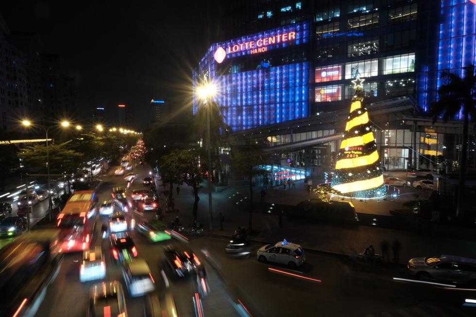 Hà Nội đang tràn ngập sắc đỏ mùa Giáng sinh - Ảnh 9.