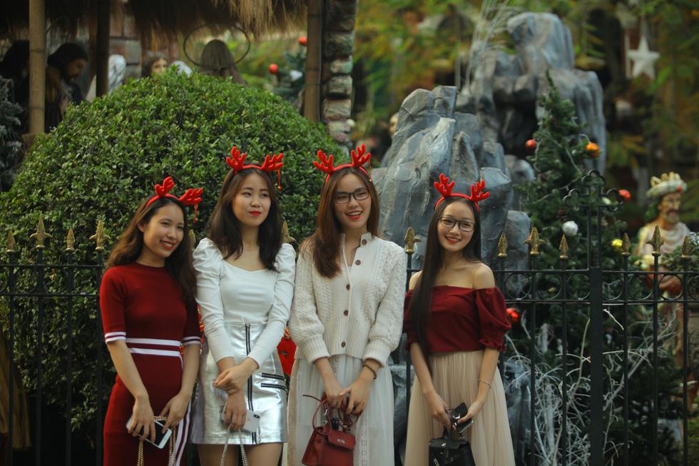 Hà Nội đang tràn ngập sắc đỏ mùa Giáng sinh - Ảnh 3.