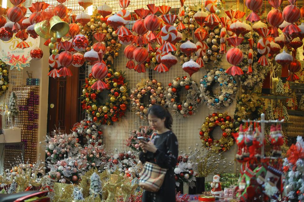 Hà Nội đang tràn ngập sắc đỏ mùa Giáng sinh - Ảnh 7.