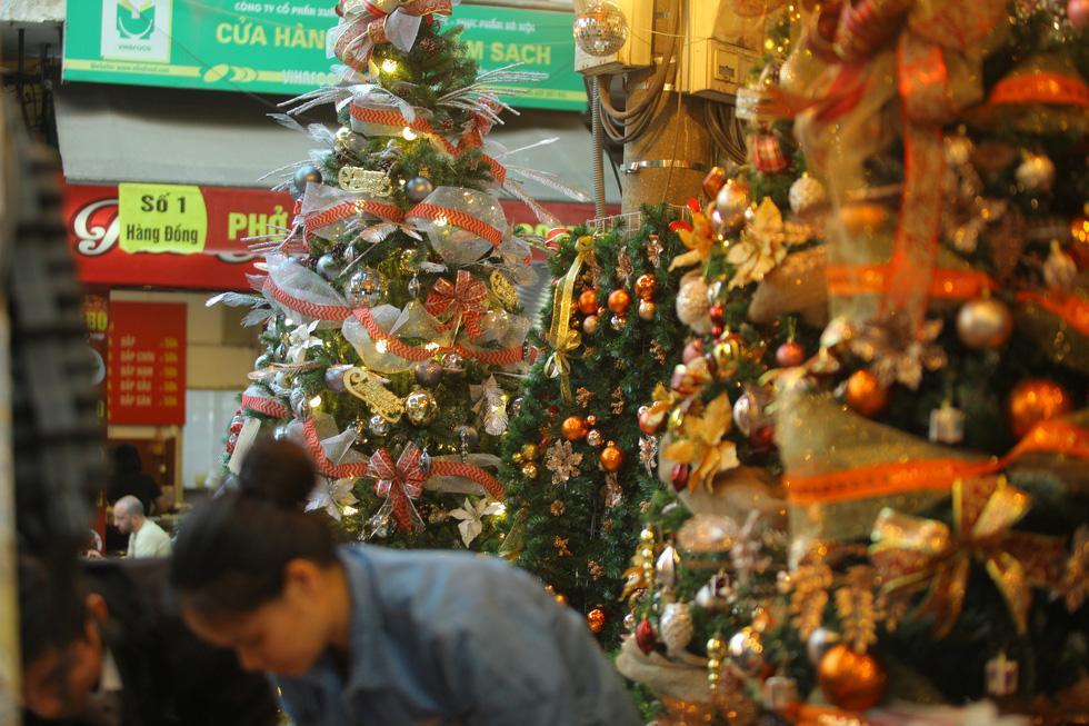 Hà Nội đang tràn ngập sắc đỏ mùa Giáng sinh - Ảnh 8.