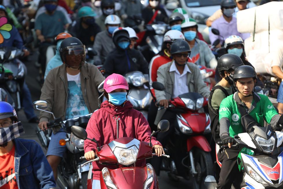 Cửa ngõ sân bay Tân Sơn Nhất kẹt xe nhiều giờ do giải đua xe đạp - Ảnh 2.