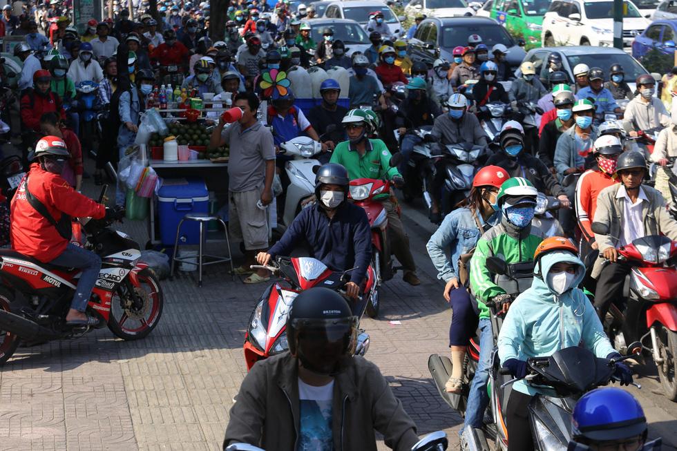 Cửa ngõ sân bay Tân Sơn Nhất kẹt xe nhiều giờ do giải đua xe đạp - Ảnh 3.