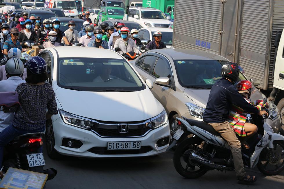 Cửa ngõ sân bay Tân Sơn Nhất kẹt xe nhiều giờ do giải đua xe đạp - Ảnh 4.