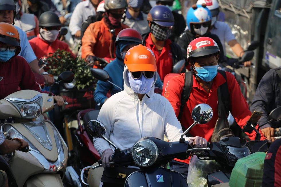 Cửa ngõ sân bay Tân Sơn Nhất kẹt xe nhiều giờ do giải đua xe đạp - Ảnh 7.