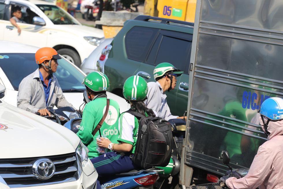Cửa ngõ sân bay Tân Sơn Nhất kẹt xe nhiều giờ do giải đua xe đạp - Ảnh 5.