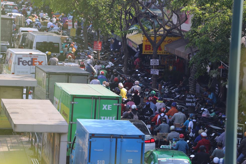 Cửa ngõ sân bay Tân Sơn Nhất kẹt xe nhiều giờ do giải đua xe đạp - Ảnh 6.