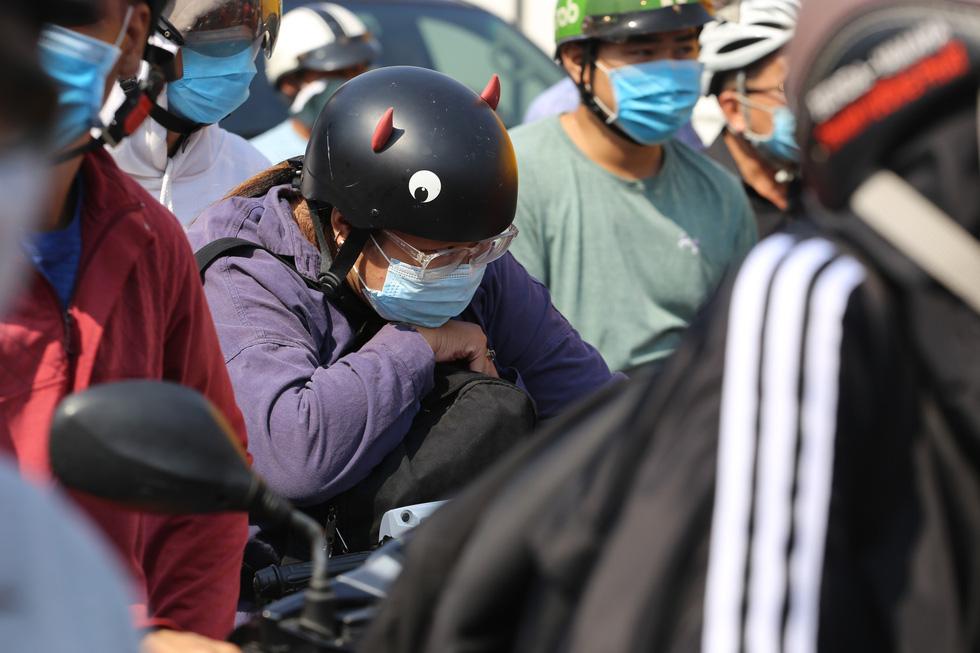 Cửa ngõ sân bay Tân Sơn Nhất kẹt xe nhiều giờ do giải đua xe đạp - Ảnh 8.