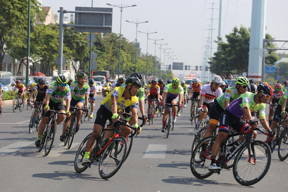 Cửa ngõ sân bay Tân Sơn Nhất kẹt xe nhiều giờ do giải đua xe đạp - Ảnh 10.