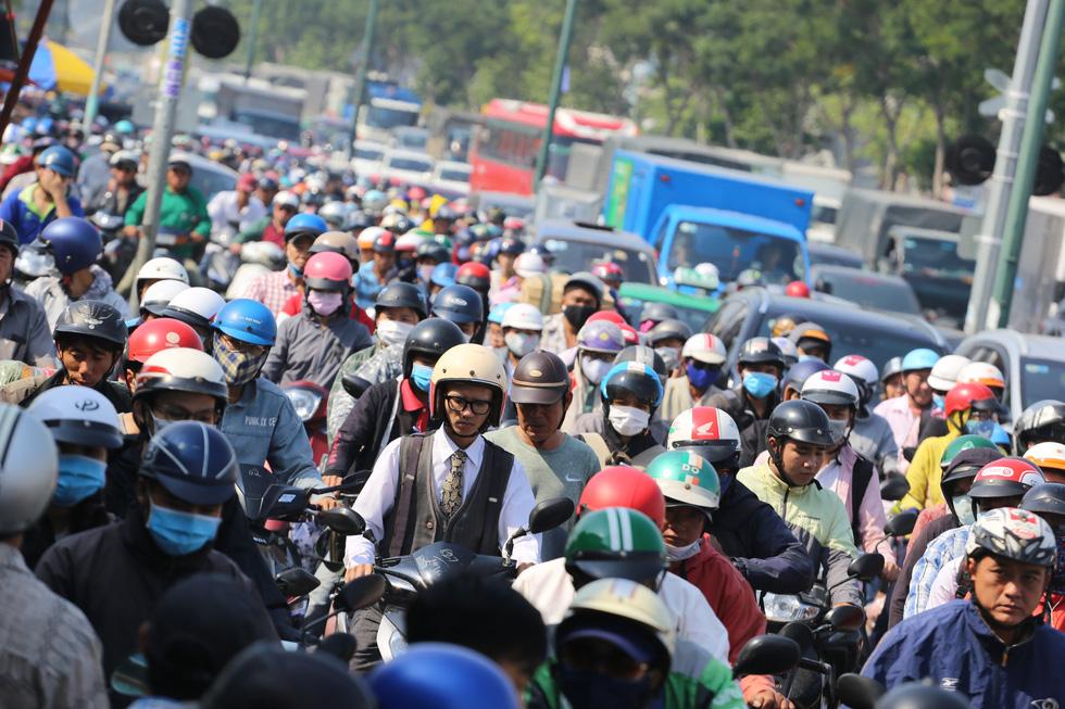 Cửa ngõ sân bay Tân Sơn Nhất kẹt xe nhiều giờ do giải đua xe đạp - Ảnh 1.