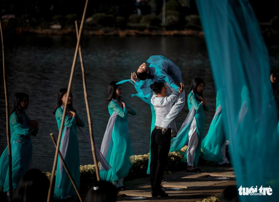 Minh Hạnh viết tình ca tơ lụa Bảo Lộc trên hồ Xuân Hương - Ảnh 1.