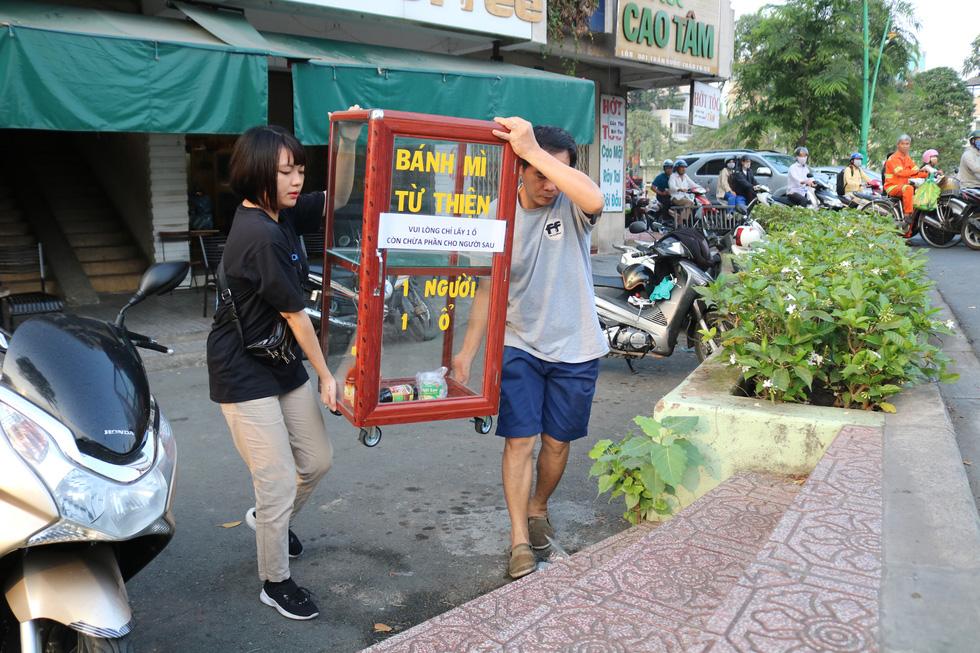 Tủ bánh mì miễn phí trên vỉa hè Sài Gòn của cô sinh viên trường kinh tế - Ảnh 3.