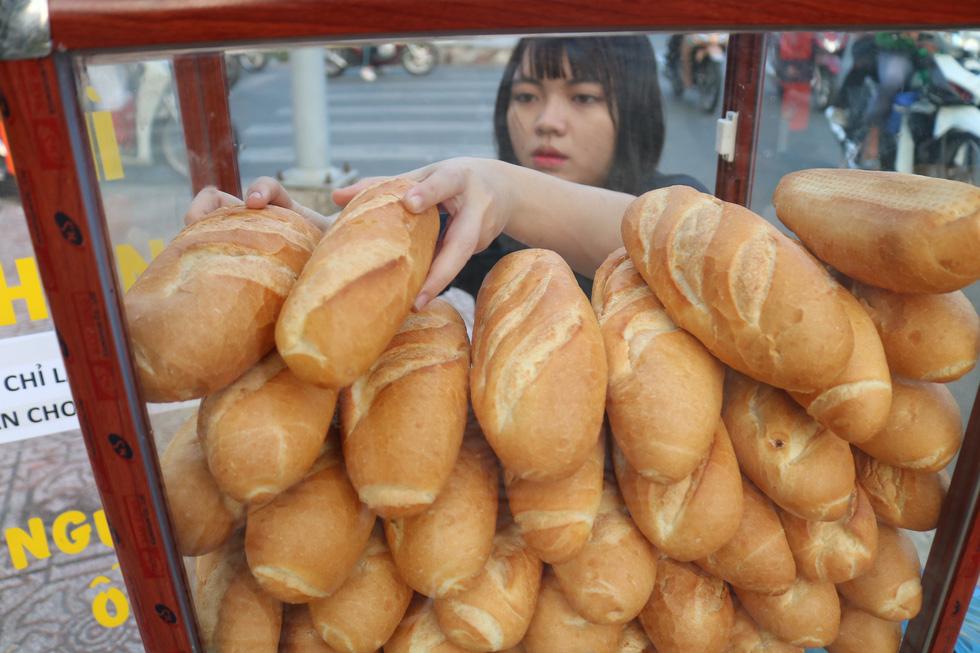 Tủ bánh mì miễn phí trên vỉa hè Sài Gòn của cô sinh viên trường kinh tế - Ảnh 4.