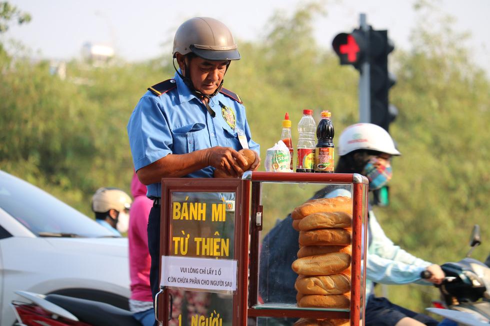Tủ bánh mì miễn phí trên vỉa hè Sài Gòn của cô sinh viên trường kinh tế - Ảnh 5.