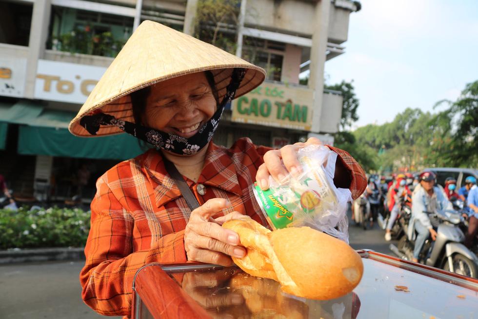 Tủ bánh mì miễn phí trên vỉa hè Sài Gòn của cô sinh viên trường kinh tế - Ảnh 6.