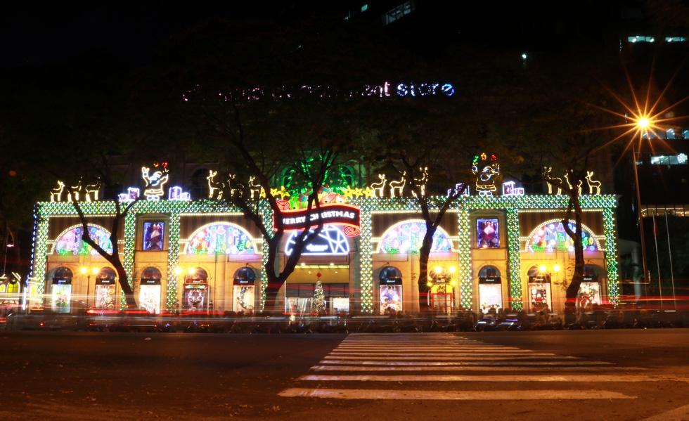 Sài Gòn lung linh trước đêm Giáng sinh - Ảnh 6.