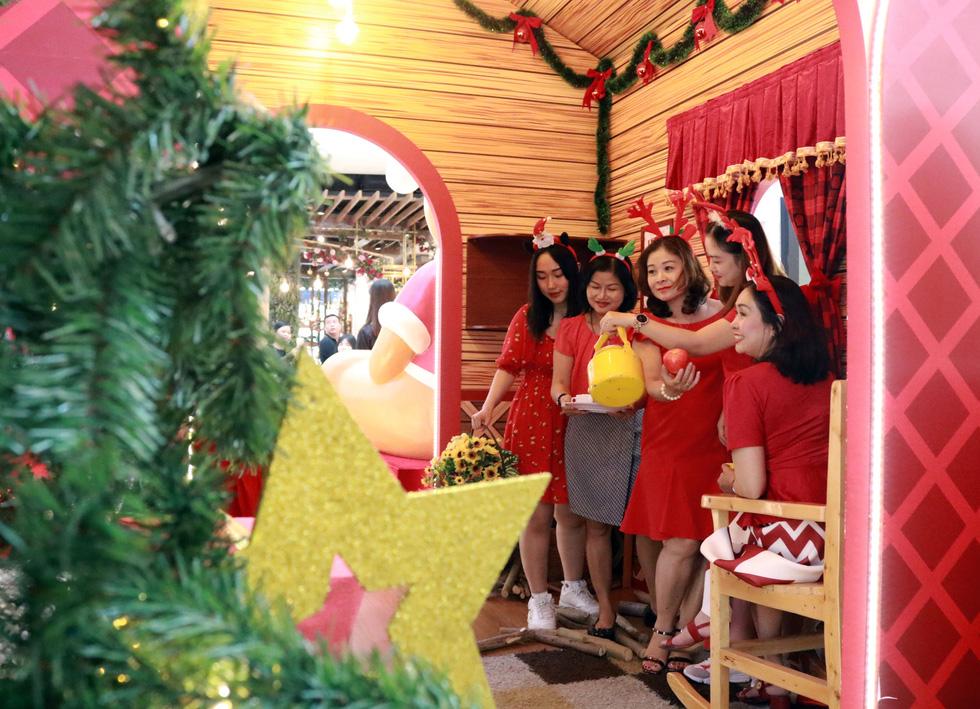 Sài Gòn lung linh trước đêm Giáng sinh - Ảnh 11.