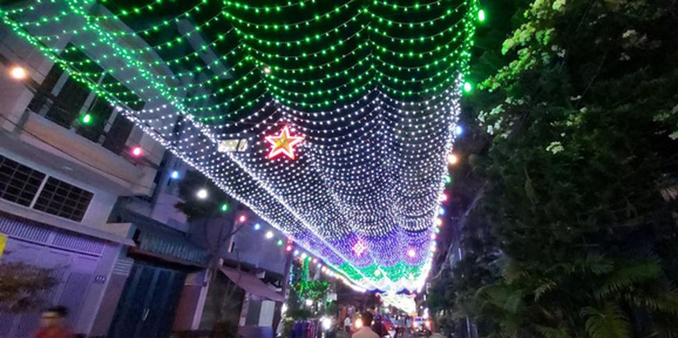 Sài Gòn lung linh trước đêm Giáng sinh - Ảnh 4.