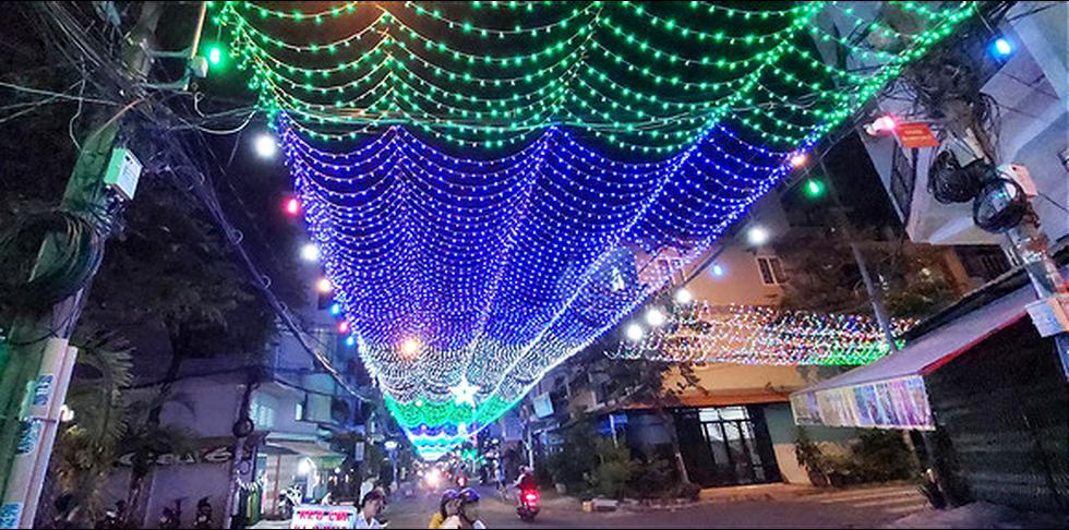Sài Gòn lung linh trước đêm Giáng sinh - Ảnh 3.