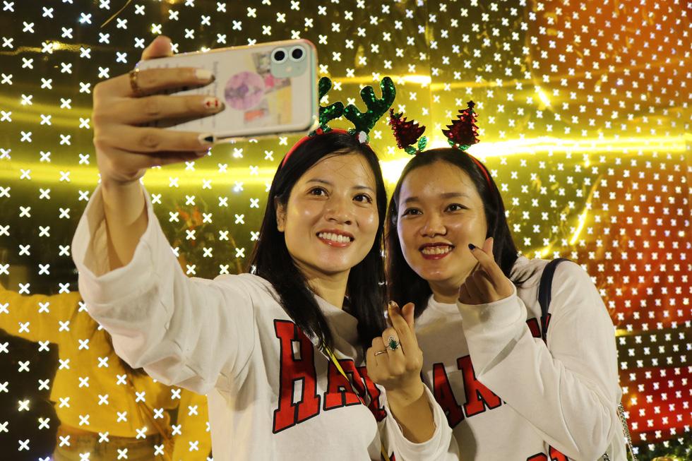 Sài Gòn lung linh trước đêm Giáng sinh - Ảnh 12.
