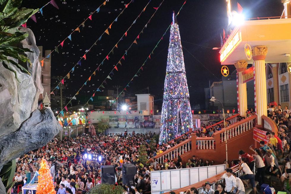 Sài Gòn lung linh trước đêm Giáng sinh - Ảnh 1.
