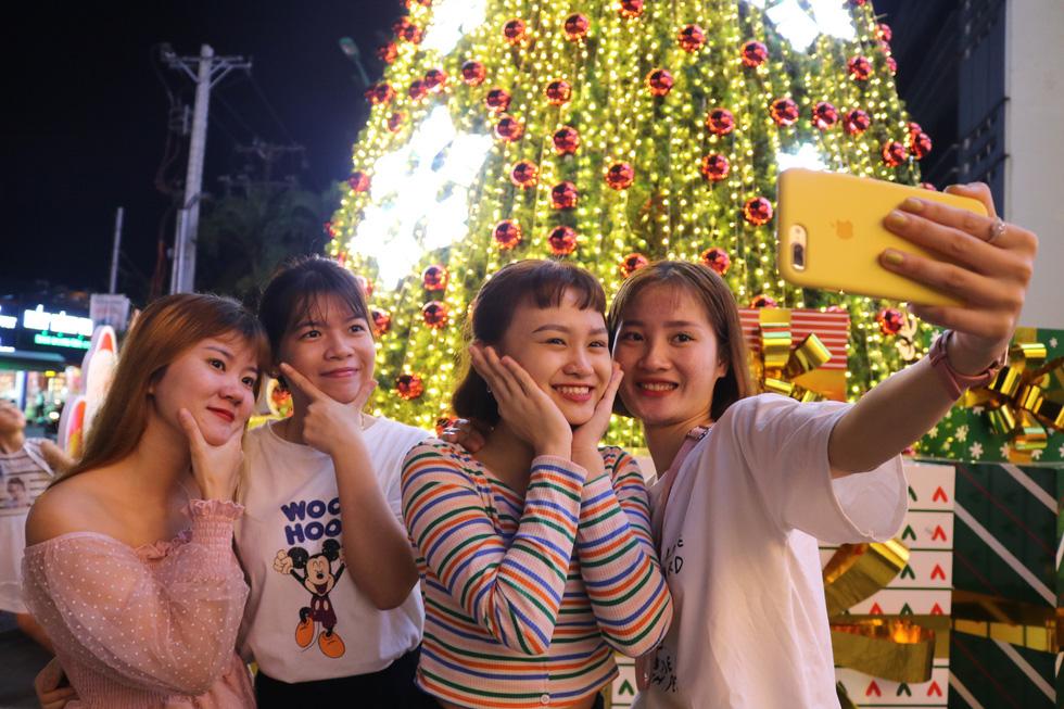 Sài Gòn lung linh trước đêm Giáng sinh - Ảnh 13.