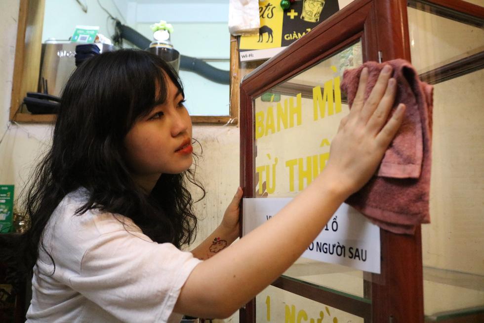 Tủ bánh mì miễn phí trên vỉa hè Sài Gòn của cô sinh viên trường kinh tế - Ảnh 2.