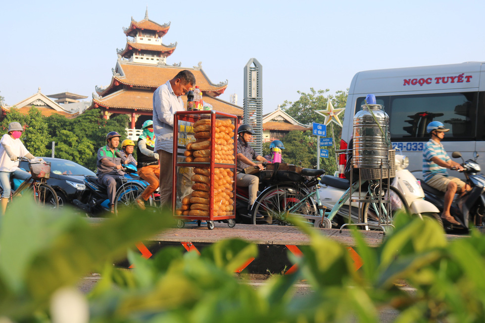 Tủ bánh mì miễn phí trên vỉa hè Sài Gòn của cô sinh viên trường kinh tế - Ảnh 7.