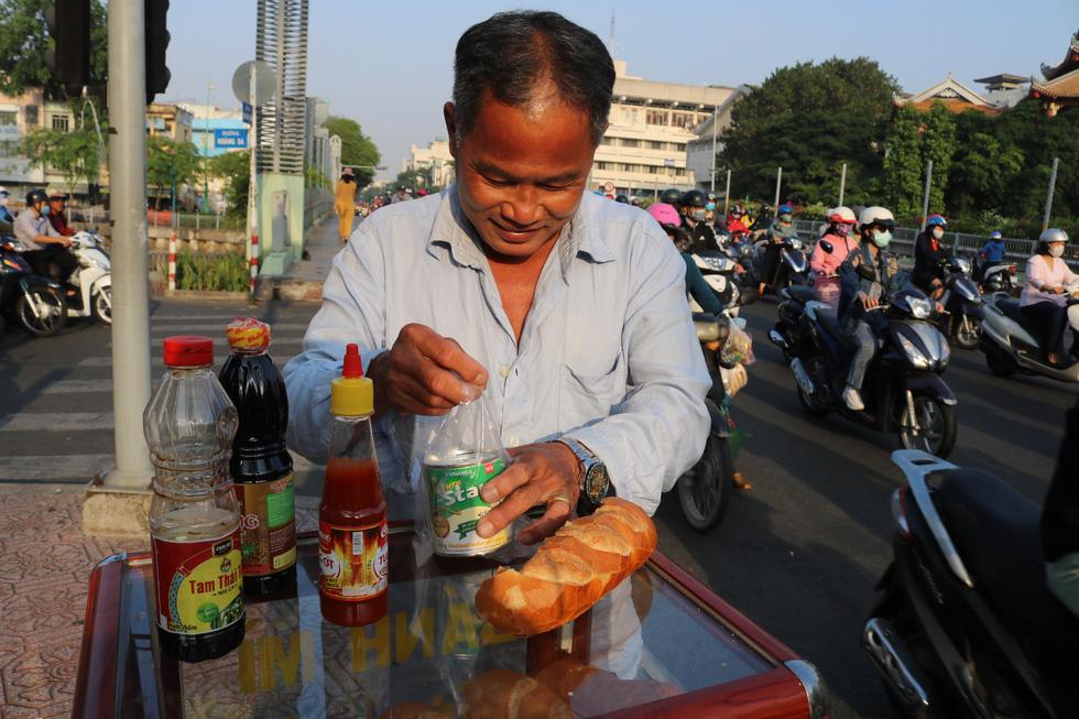 Tủ bánh mì miễn phí trên vỉa hè Sài Gòn của cô sinh viên trường kinh tế - Ảnh 8.