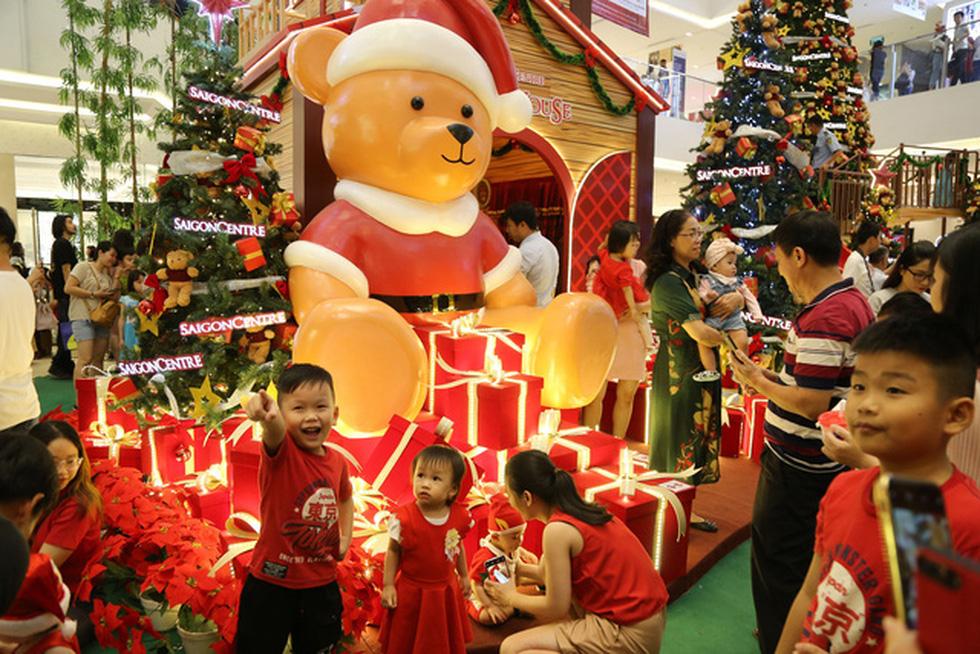 Sài Gòn lung linh trước đêm Giáng sinh - Ảnh 9.