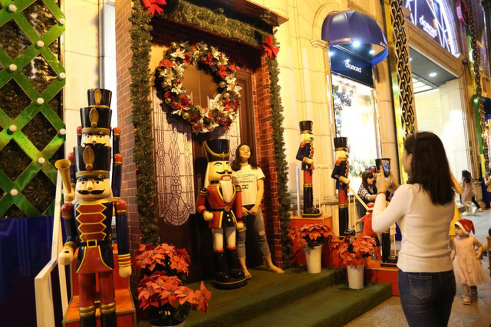 Sài Gòn lung linh trước đêm Giáng sinh - Ảnh 10.