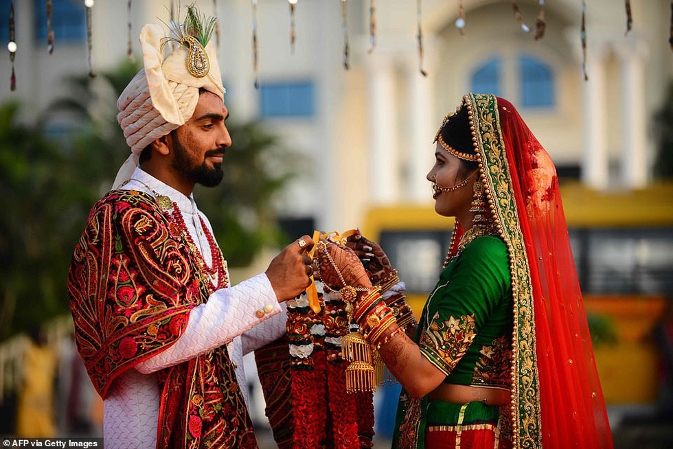 Doanh nhân chi tiền làm đám cưới cho 271 cô dâu mồ côi cha - Ảnh 1.