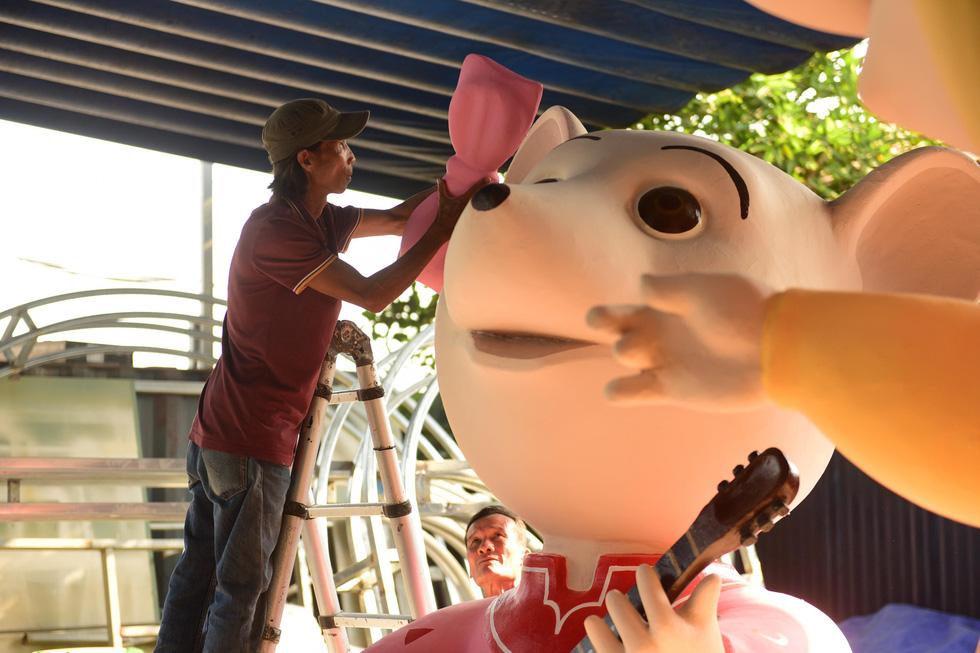 Chuột chèo thuyền, chơi đàn... tại đường hoa Nguyễn Huệ Tết Canh Tý - Ảnh 1.